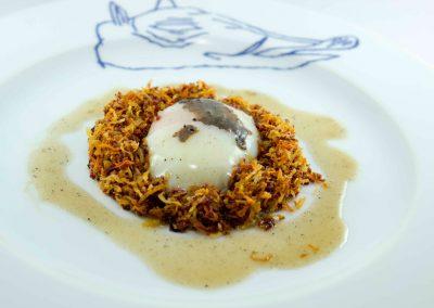 Huevo trufado en nido de verduras crujientes y salsa de trufa