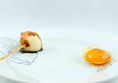 Yema en cuchara de patata frita y bocado de Idiazábal
