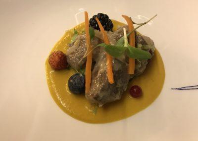 Ensalada de carnes de caza en escabeche sobre crema de zanahorias a la mostaza